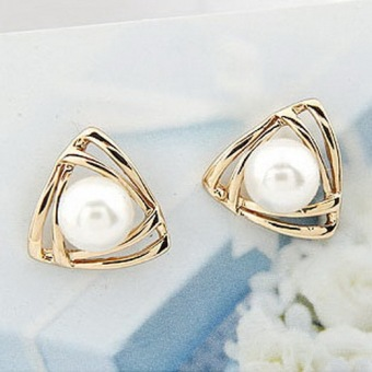1pair NEW Women triangle Gold Plated White Freshwater Pearl Stud Earrings-
